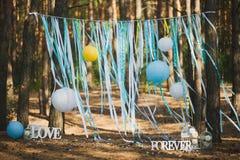 Lugar hermoso para la ceremonia de boda exterior en madera Foto de archivo libre de regalías