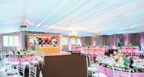 Lugar increíblemente hermoso de la boda en un restaurante con muchas flores Imagen de archivo