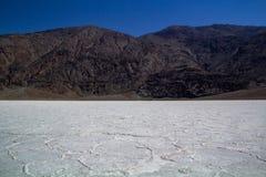 Lugar m?stico, misterioso, o mais quente na terra - forma??es de sal de Badwater no parque nacional de Vale da Morte imagens de stock