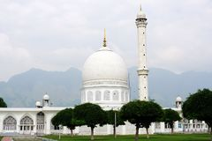 Lugar majestuoso Srinagar de la mezquita blanca imagenes de archivo