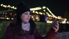 Lugar maravilloso en Nueva York el puente de Brooklyn iluminado por noche almacen de video
