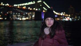 Lugar maravilloso en Nueva York el puente de Brooklyn iluminado por noche metrajes
