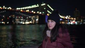 Lugar maravilloso en Nueva York en la noche el puente de Brooklyn iluminado almacen de metraje de vídeo