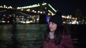 Lugar maravilloso en Nueva York en la noche el puente de Brooklyn iluminado metrajes