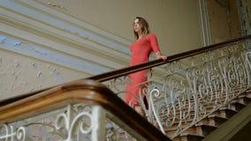 Lugar misterioso e assustador A menina no vermelho veste acima as escadas velhas filme