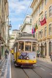 Lugar muy turístico en la vieja parte de Lisboa, con una tranvía tradicional pasando cerca en la ciudad de Lisboa, Portugal Fotografía de archivo