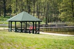 Lugar pacífico, gazebo sobre un lago limpio hermoso Seaso de la primavera Fotos de archivo libres de regalías