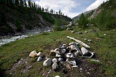 Lugar para acampar com incêndio. Natureza selvagem de Sibéria. Imagem de Stock Royalty Free