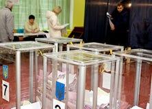 Lugar para la gente de votantes de votación en las elecciones políticas nacionales en Ucrania Fotografía de archivo libre de regalías