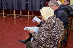 Lugar para la gente de votantes de votación en las elecciones políticas nacionales en Ucrania Colegio electoral Fotos de archivo