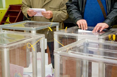 Lugar para la gente de votantes de votación en las elecciones políticas nacionales en Ucrania Colegio electoral Imagen de archivo