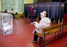 Lugar para la gente de votantes de votación en las elecciones políticas nacionales en Ucrania Colegio electoral Fotos de archivo libres de regalías