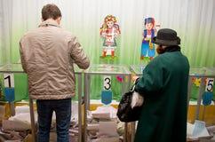 Lugar para la gente de votantes de votación en las elecciones políticas nacionales en Ucrania Colegio electoral Imagen de archivo libre de regalías