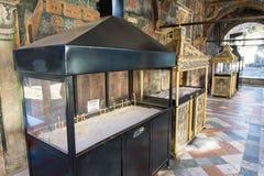 Lugar para la instalación de velas en el monasterio de Troyan en Bulgaria Imagen de archivo libre de regalías