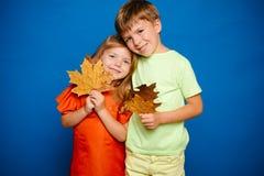 Lugar para su texto Bebé feliz Autumn Leaves Background Gente y joyHello felices noviembre de la caída de la hoja Ropa del otoño fotografía de archivo