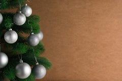 Lugar para su texto, fondo hermoso con un árbol de navidad adornado adornado con las bolas de plata, espacio de la copia Foto de archivo libre de regalías