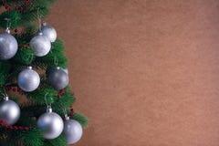 Lugar para su texto, fondo hermoso con un árbol de navidad adornado adornado con las bolas de plata, espacio de la copia Imagen de archivo