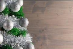 Lugar para su texto, fondo hermoso con un árbol de navidad adornado adornado con las bolas de plata, espacio de la copia Fotografía de archivo libre de regalías
