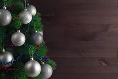 Lugar para su texto, fondo hermoso con un árbol de navidad adornado adornado con las bolas de plata, espacio de la copia Fotos de archivo