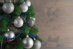 Lugar para su texto, fondo hermoso con un árbol de navidad adornado adornado con las bolas de plata, espacio de la copia Imagen de archivo libre de regalías
