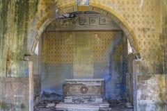 Lugar perdido - igreja dilapidada para dentro Imagens de Stock