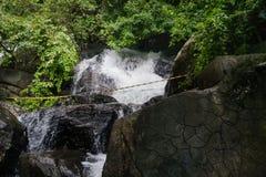 Lugar perigoso na cachoeira Fita de advertência em um lugar perigoso perto da cachoeira foto de stock royalty free