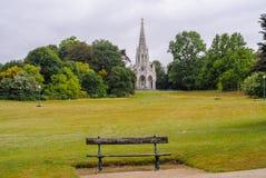 Lugar a relajarse Banco vacío antes del campo y de la iglesia Fotos de archivo libres de regalías