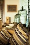 Lugar a relajarse con las almohadas y el eco-estilo decorativo de las jaulas Foto de archivo libre de regalías