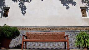 Lugar reservado colorido del jardín de Oriente con la pared de la teja del multicolor Fotos de archivo