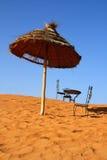 Lugar romántico a sentarse en el Sáhara imágenes de archivo libres de regalías