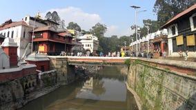 Lugar sagrado para la gente ardiente Katmandu almacen de video