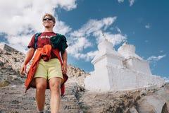 Lugar santo de la visita turística del hombre joven en Tíbet Foto de archivo libre de regalías