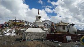 Lugar tibetano da adoração na montanha de Zheduo Imagens de Stock Royalty Free
