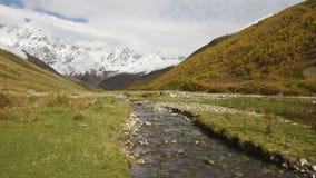 Lugar turístico surpreendente perto do rio no vale da montanha no pé do Mt Shkhara Svaneti superior, Geórgia, Europa video estoque