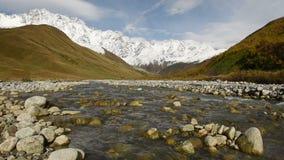 Lugar turístico surpreendente perto do rio no vale da montanha no pé do Mt Shkhara Svaneti superior, Geórgia, Europa filme