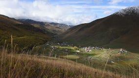 Lugar turístico surpreendente Ushguli situado no pé de Shkhara, uma das cimeiras caucasianos as mais altas, a comunidade de filme