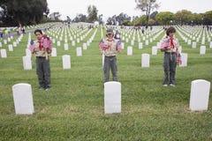 Lugar uno de Boyscouts de 85, 000 banderas en el evento 2014 de Memorial Day, cementerio nacional de Los Ángeles, California, los Fotos de archivo