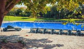 Lugar vacío de la reconstrucción cerca de la piscina; Fotos de archivo