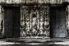 Lugar vivo constructivo abandonado del fantasma con dos puertas Imágenes de archivo libres de regalías
