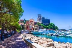 Lugares bonitos de Itália - Lerici em Liguria imagens de stock royalty free