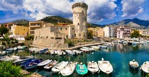 Lugares costeros hermosos de la ciudad de Italia - de Formia con las FO medievales fotografía de archivo libre de regalías