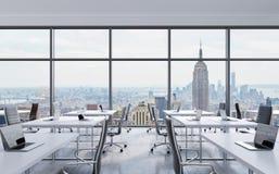 Lugares de trabajo en una oficina panorámica moderna, opinión de New York City de las ventanas Espacio abierto Tablas blancas y s Fotos de archivo libres de regalías