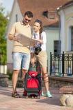 Lugares de visita turístico de excursión de los pares jovenes felices con el mapa Composición vertical de la imagen Foto de archivo