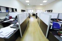 Lugares del trabajo vacíos separados por la división Fotografía de archivo libre de regalías