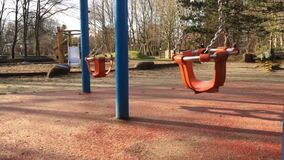 Lugares felizes do tempo do campo de jogos para crianças na natureza filme