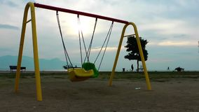 Lugares felizes do tempo do campo de jogos para crianças na natureza video estoque