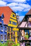Lugares hermosos de Francia - pueblo colorido de Riquewihr en Alsacia Foto de archivo libre de regalías