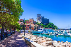 Lugares hermosos de Italia - Lerici en Liguria imágenes de archivo libres de regalías