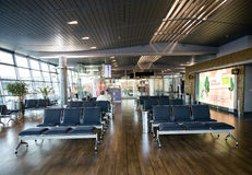 Lugares vazios na sala de espera terminal no aeroporto Fotografia de Stock