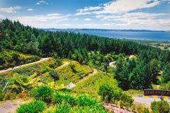 Lugespår och panoramautsikt av den Rotorua staden royaltyfri foto